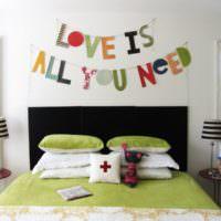 Декор стены над кроватью в спальне