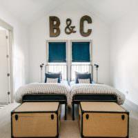 Темные буквы на светлой стене спальни