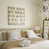 Оформление интерьера спальни надписями