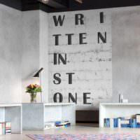 Надписи на стенах в современном интерьере