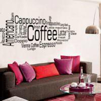 Надписи над диваном в дизайне гостиной комнаты