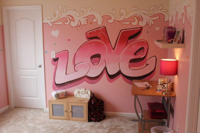 Надпись в розовых тонах на стене комнаты девочки