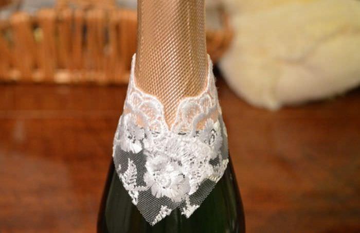Наклейка кружева на горлышко бутылки шампанского для декорирования под невесту