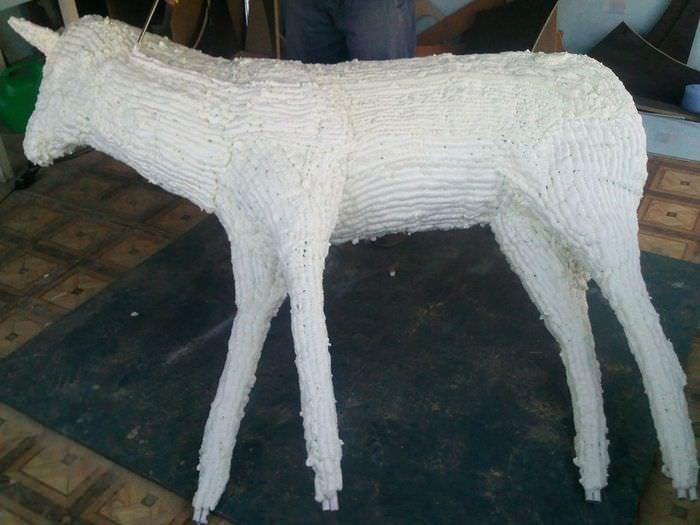 Изготовление садового оленя из монтажной пены