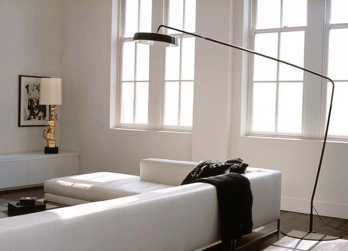 Светлая гостиная с дизайнерским напольным светильником