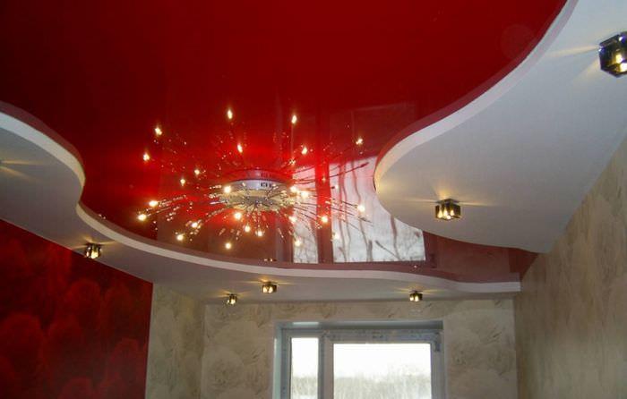 Точечные светильники в дизайне натяжного потолка