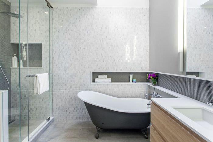 Узкая ниша в интерьере ванной комнаты