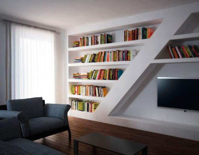 Ниши вместо книжных полок на стене гостиной комнаты