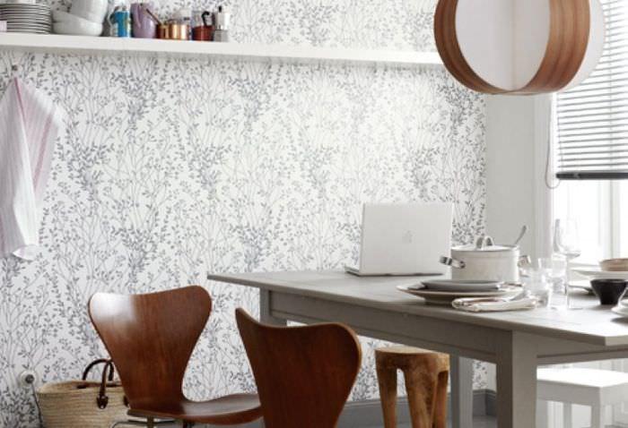 Обеденный стол рядом со стеной, обклеенной обоями дуплекс