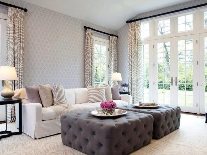 Светлые бумажные обои в гостиной с панорамным окном