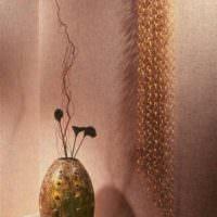 Античная ваза на фоне обоев под покраску