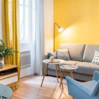 Выделение стены над диваном желтым цветом