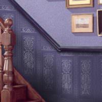Богатое оформление лестничного марша с помощью покрасочных обоев