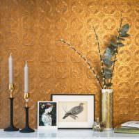 Покраска обоев под золото в гостиной классического стиля