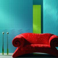 Красное кресло и стены с обоями под покраску