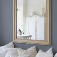 Зеркало в стиле прованс на стене гостиной