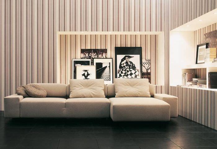 Интерьер гостиной с узкими полосами на бумажных обоях