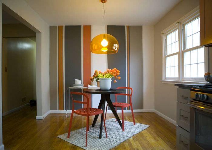 Использование полосатых обоев в интерьере кухни в духе минимализма