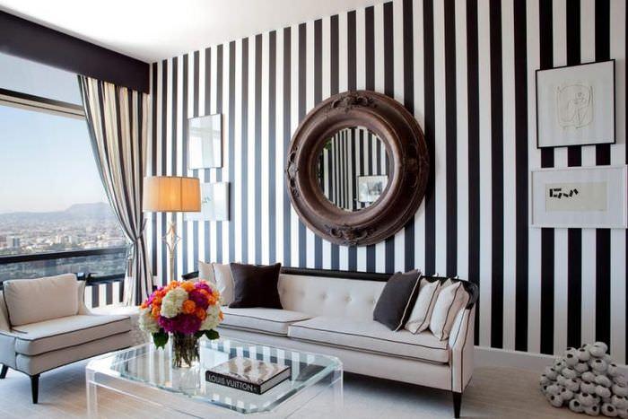 Интерьер классической гостиной с обоями в полоску