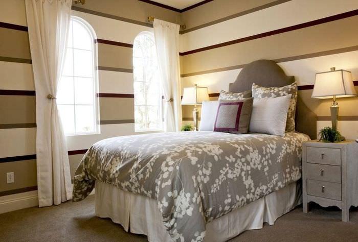 Чередование узких и широких полосок на обоях в спальне