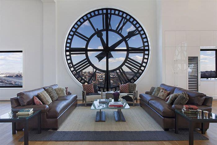 Оригинальное окно в форме часов гостиной
