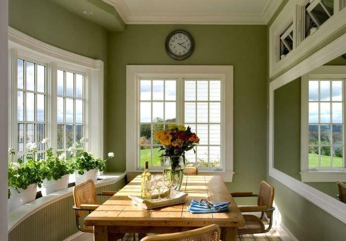 Гостиная комната в оливковом цвете с белыми оконными рамами