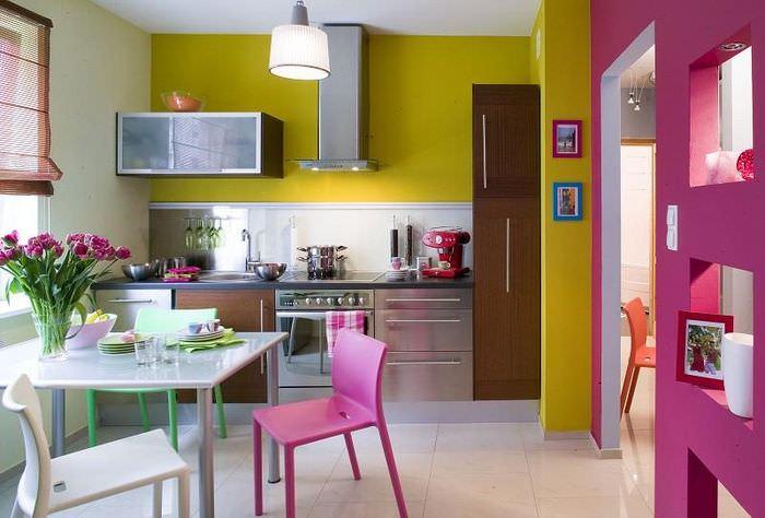 Сочетание оливковых стен с контрастными оттенками кухонной мебели