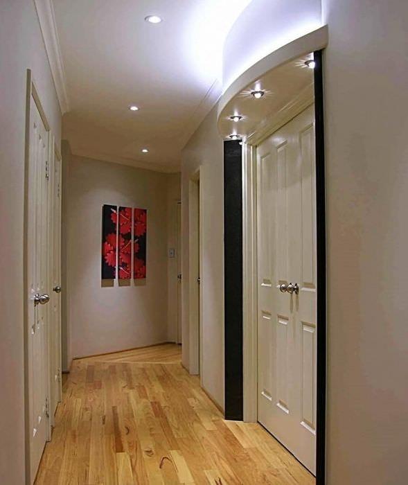 Дизайн освещения узкого коридора городской квартиры