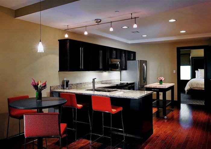 Освещение рабочей зоны в кухне-гостиной 15 квадратов