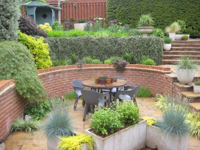 Место для отдыха на склоне садового участка