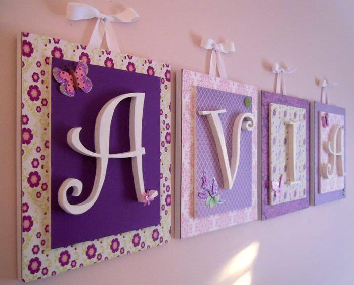 Панно с буквами на стене детской комнаты