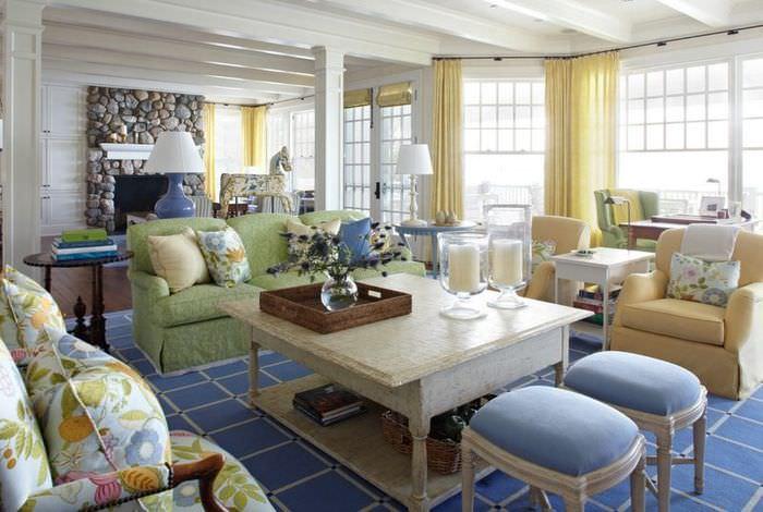 Модная гостиная загородного дома в пастельных тонах