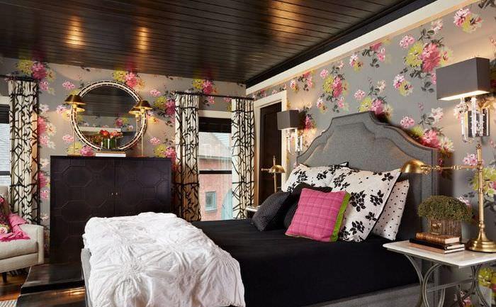 Обои с пестрым рисунком в дизайне спальни с темной мебелью