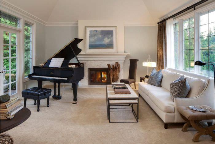 Пианино в интерьере гостиной в неоклассическом стиле