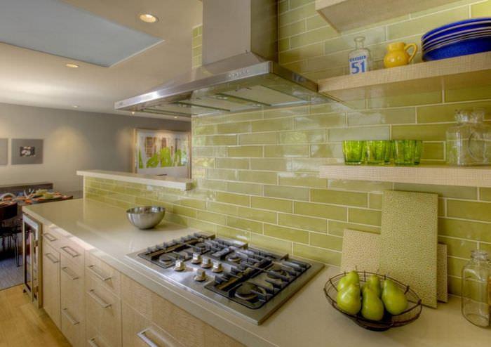 Кафельная плитка в отделке кухонной стены