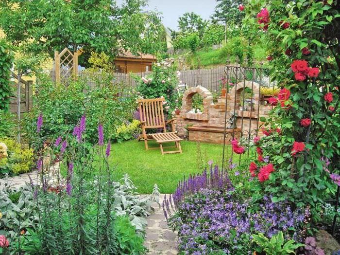 Уютный лужайка для отдыха в глубине маленького сада