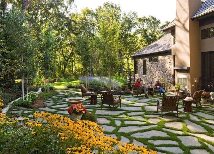 Открытая площадка для полноценного отдыха на дачном участке