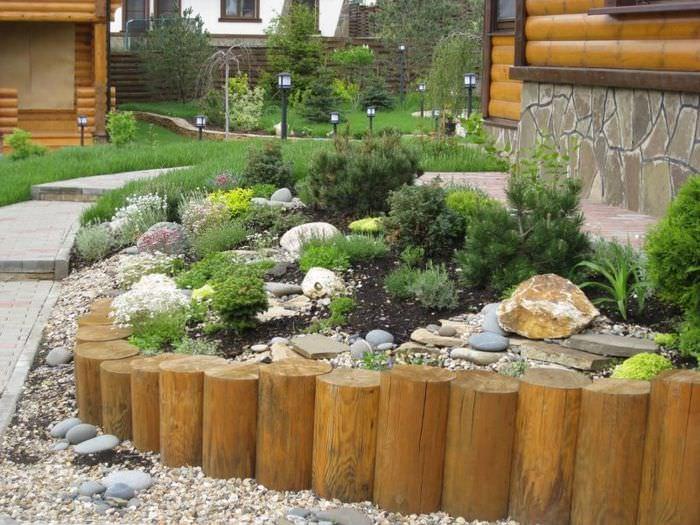 Подпорная стенка из дерева в ландшафтном дизайне