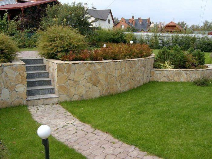 Подпорная стенка из бетона и камня в ландшафтном дизайне