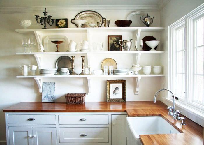 Открытые полки в интерьере кухонной стены