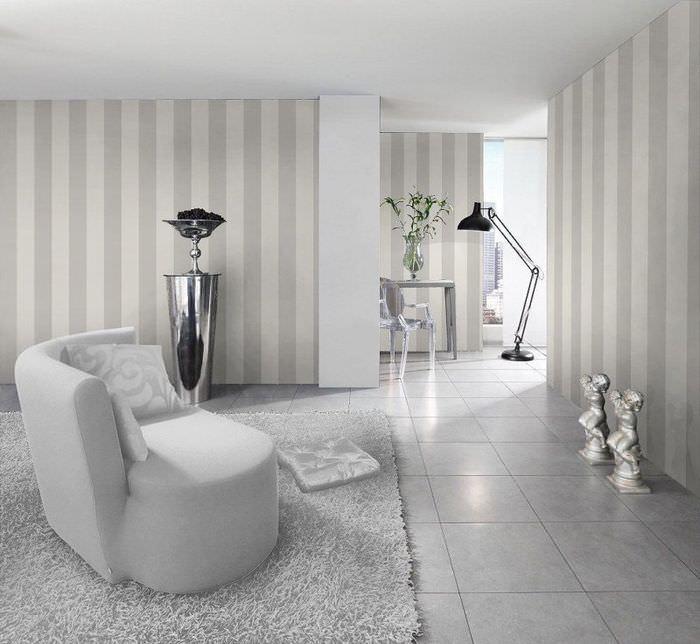 Интерьер гостиной в пастельных оттенках с обоями в серую полоску