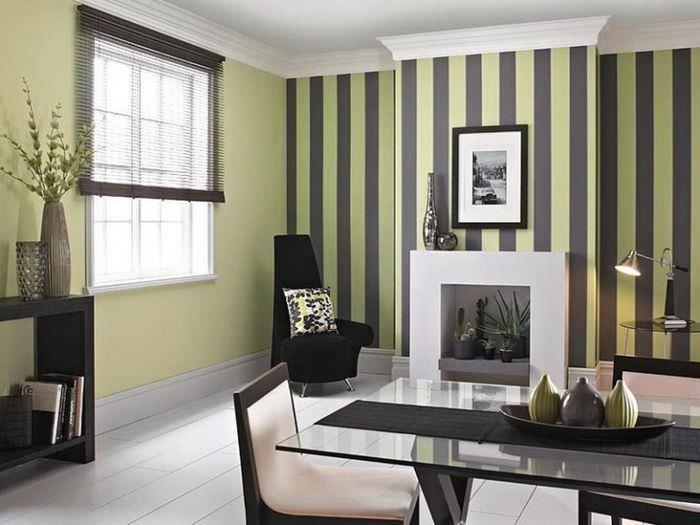 Сочетание черных и оливковых полос в окраске стен гостиной