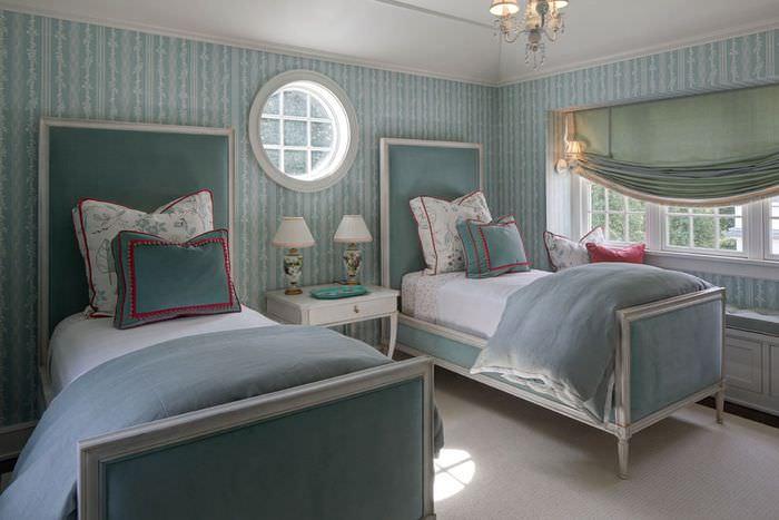 Полосатые обои в интерьере спальни в стиле прованс