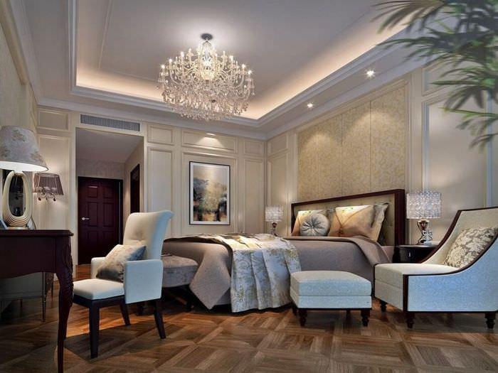 Потолок с карнизом в интерьере неоклассической гостиной