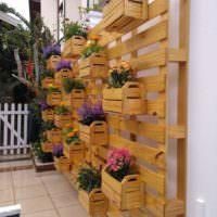Вертикальная клумба из деревянных ящиков