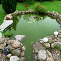 Бутовый камень вокруг садового водоема