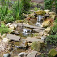Ручей с водопадами на садовом участке