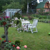 Белая садовая мебель на лужайке