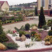 Разноцветный гравий в оформлении садовых клумб