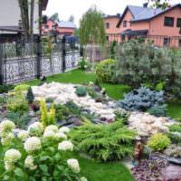 Кованный забор вокруг цветущего сада